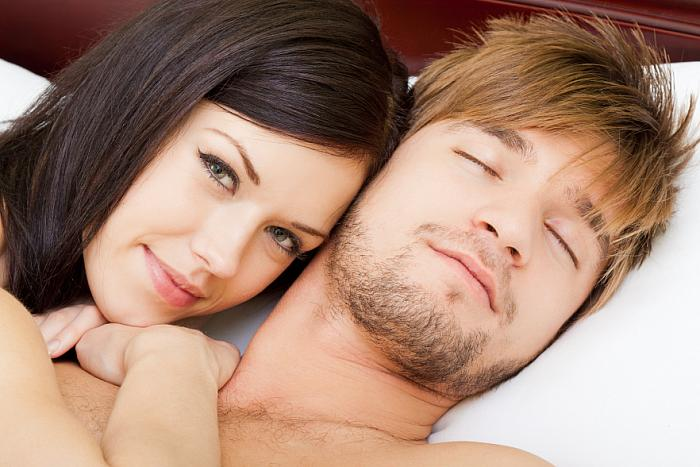 kozzi-7556690-young couple in bed-883x588