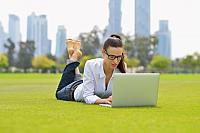 kozzi-4259745-woman with laptop in park-882x589
